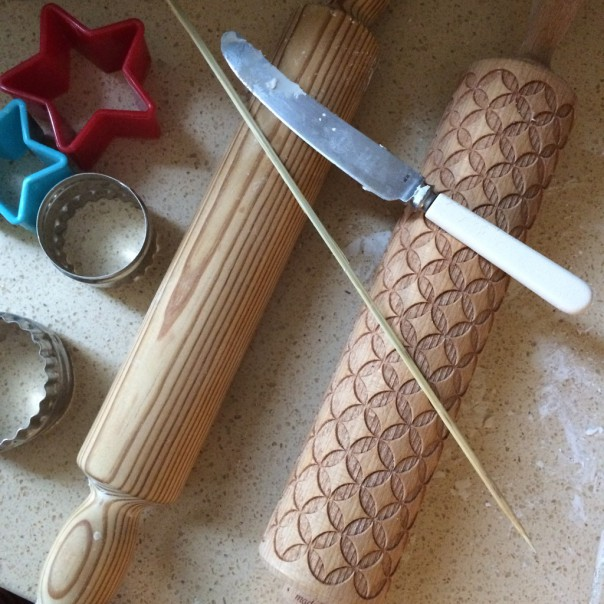 We wanted to make Christmas ornaments with our white modelling clay so I got rolling pins, cookie cutters, a knife and a wooden skewer ready.